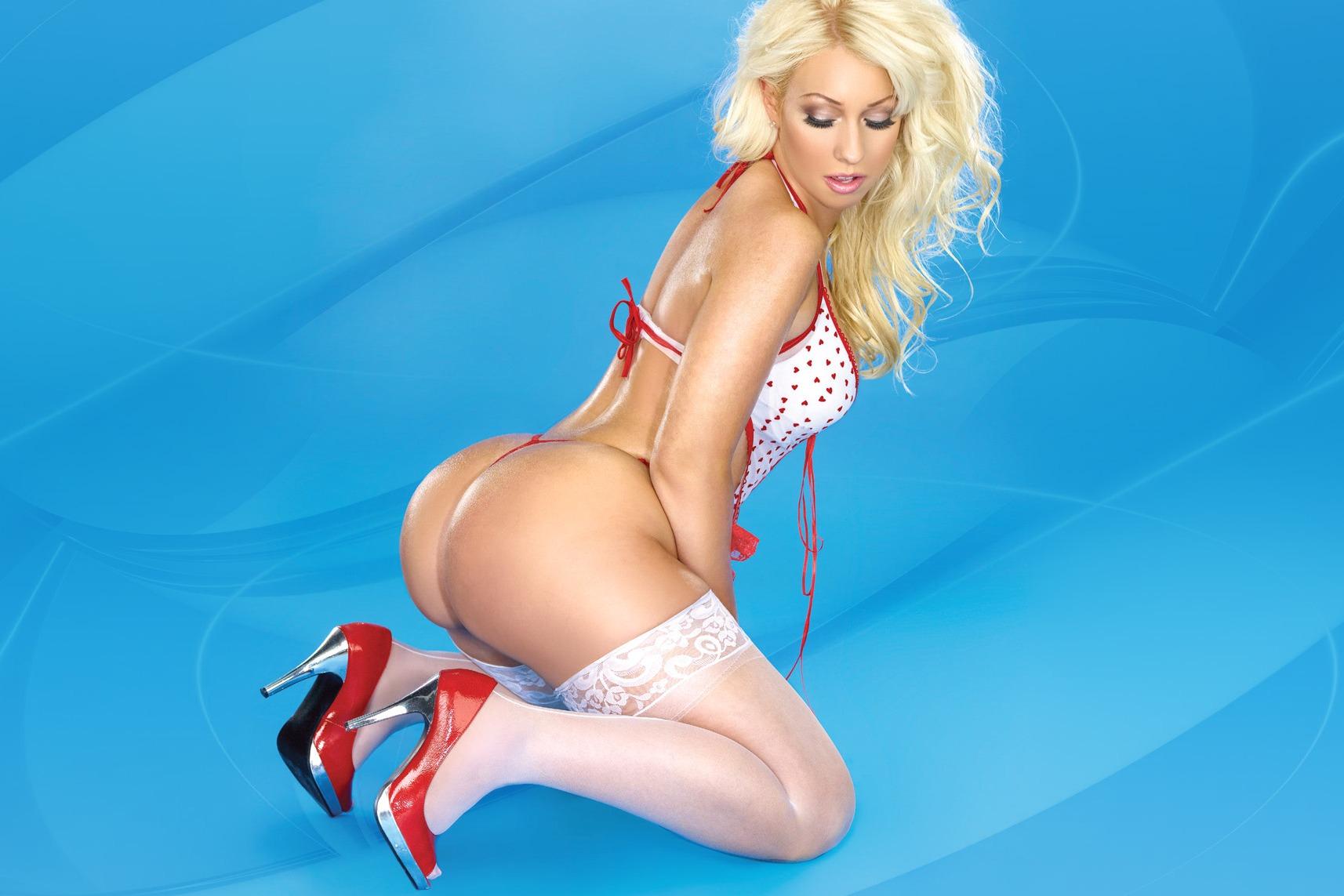 blonde sexy en bas blancs et hauts talons