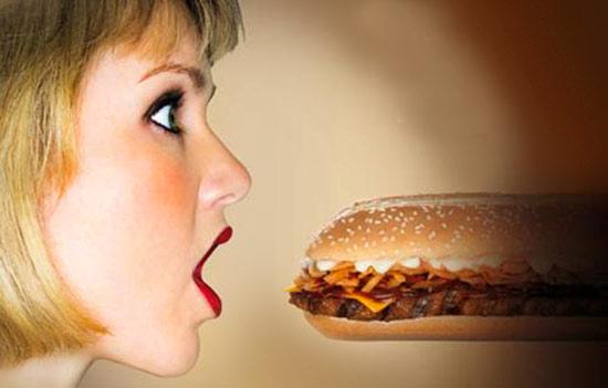 femme avec un grand sandwich